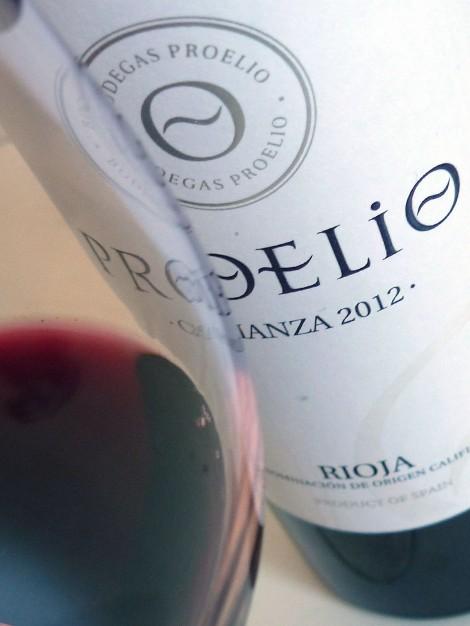 El vino Proelio Crianza 2012 en la copa.