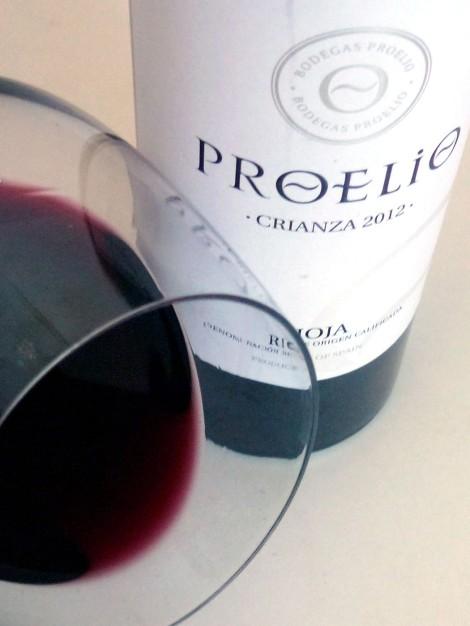 El ribete del vino Proelio Crianza 2012 en la copa.
