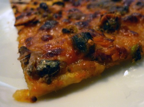Pizza de anchoas y aceitunas negras.