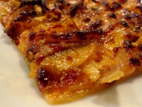 Pizza de bacon, cebolla y champiñones.