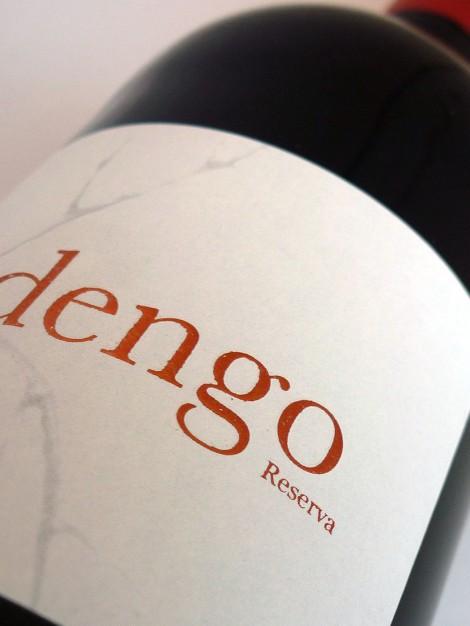 Detalle del etiquetado del vino Abadengo Reserva.