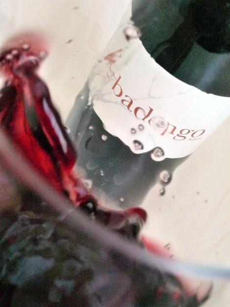 Moviendo el vino Abadengo Reserva en la copa.