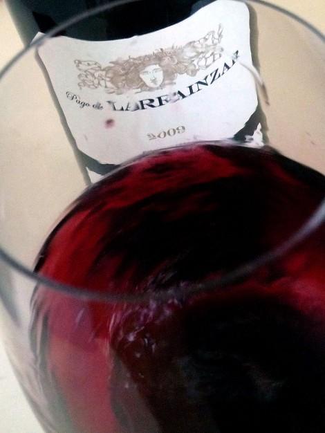 """Moviendo el vino en la copa para """"arrancarle"""" todos sus aromas."""