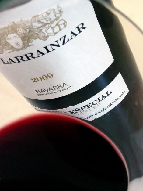 Detalle del vino Pago de Larrainzar Reserva Especial 2009 en la copa.