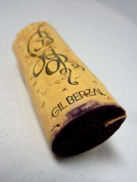El tapón de corcho del vino con el logotipo de Bodegas Gil Berzal.