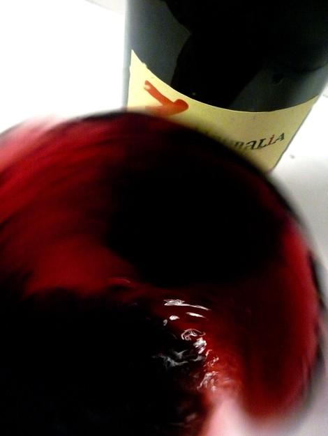 Tonalidades de color al mover el vino Liberalia 3 en la copa.
