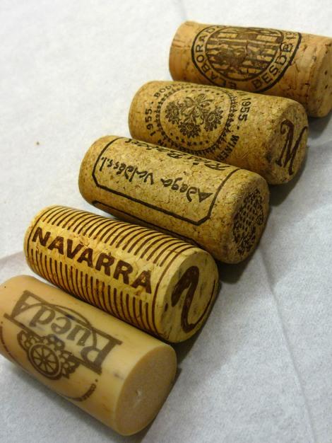 Tapones de corcho de los vinos catados durante el taller de aromas.
