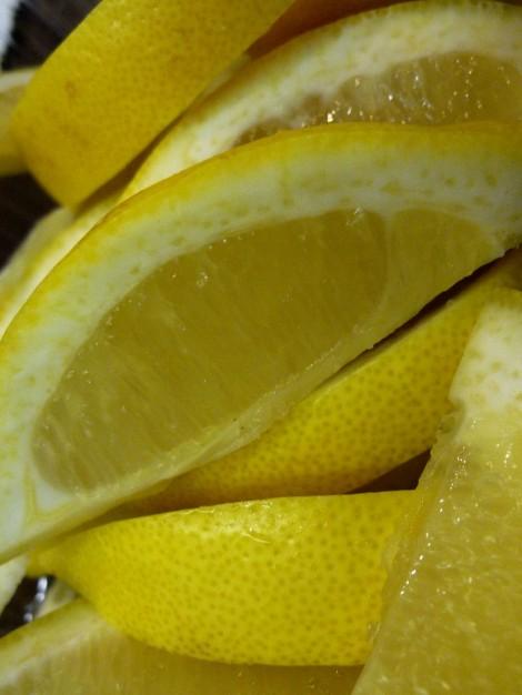 Trozos de limón para el taller de los aromas.