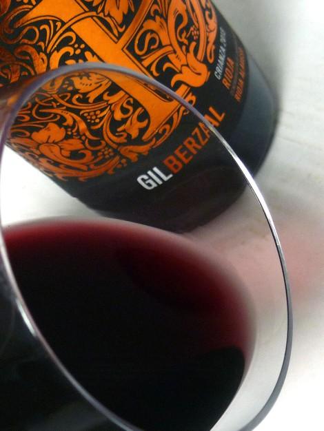 Detalle del vino Gil Berzal Crianza en la copa.