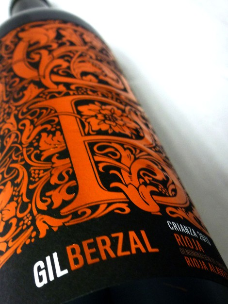 El barroco etiquetado del vino Gil Berzal Crianza.