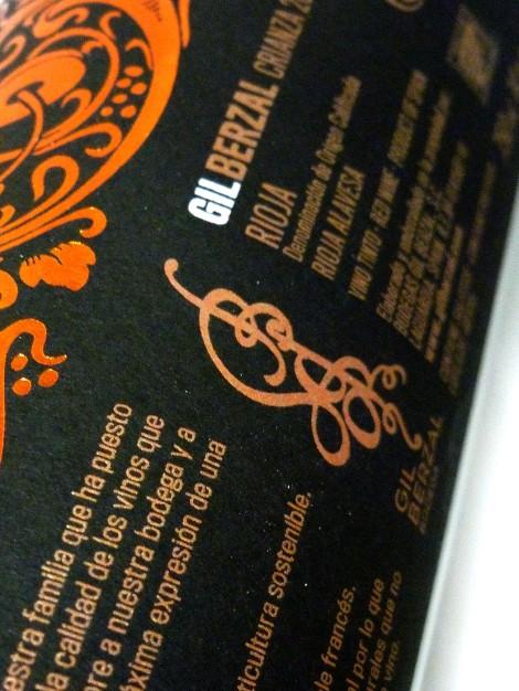 Detalle del etiquetado del vino Gil Berzal Crianza.