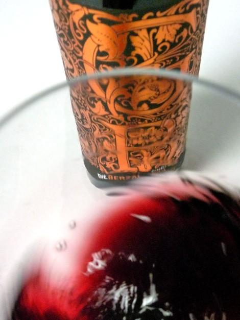 Tonos de color del vino Gil Berzal Crianza al ser movido en la copa.