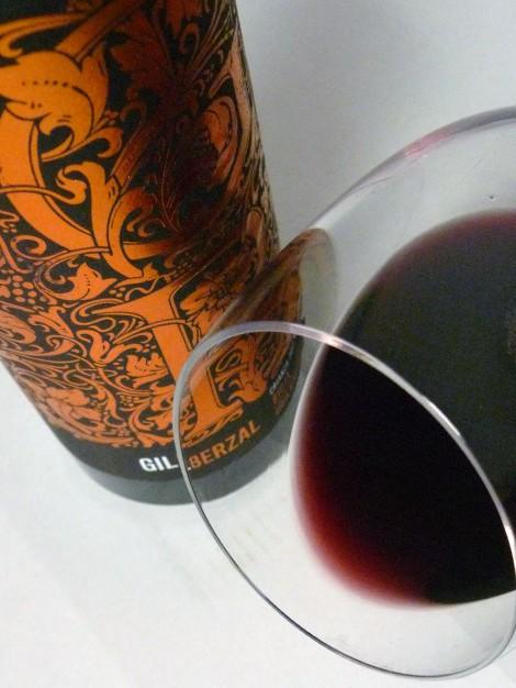 El ribete del vino Gil Berzal en la copa.