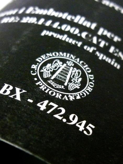 Sello de la D.O.Ca. Priorato en la contra-etiqueta del vino L´Interrogant.