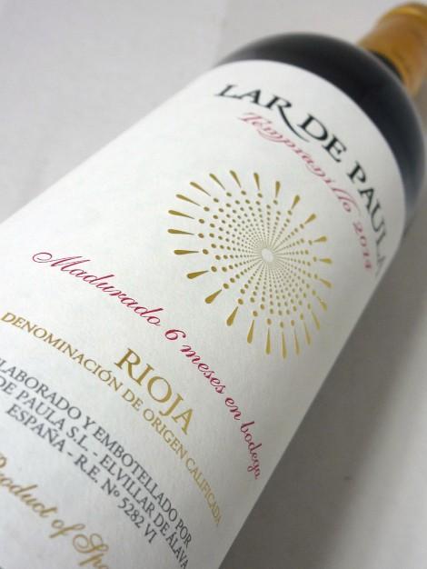 Etiquetado del vino Lar de Paula Madurado en Bodega.