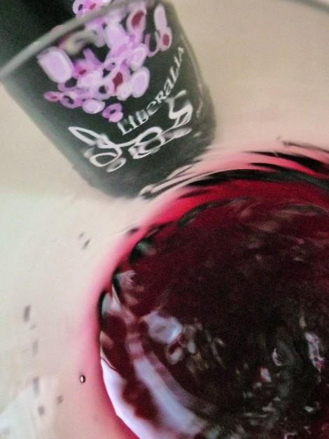 El vino Liberalia Dos oxigenándose en la copa.