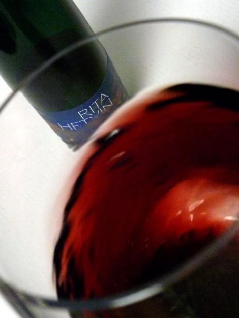 Tonalidades de color del vino Rita Hetvin al moverlo por la copa.