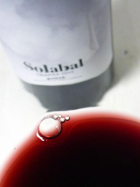El color del vino Solabal Crianza en la copa.