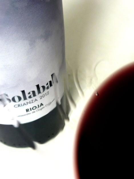 La lágrima del vino Solabal Crianza en la copa.