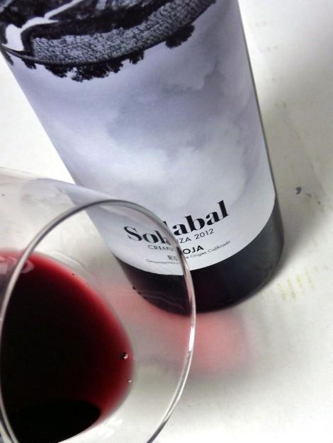 El vino Solabal Crianza en la copa.
