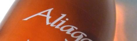 Etiquetado del vino Aliaga Lágrima de Luna.