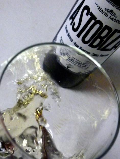 "El vino Astobiza siendo ""movido"" en la copa."