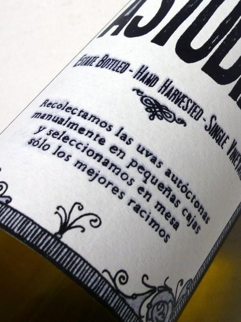 Detalle del etiquetado del chacolí Astobiza.