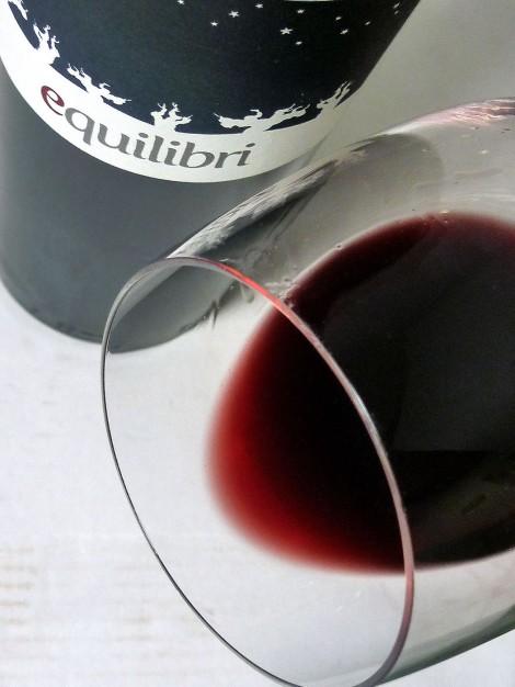 El ribete del vino Equilibri en la copa.