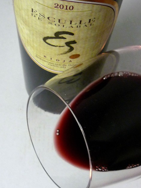 Ribete del vino Esculle de Solabal en la copa.