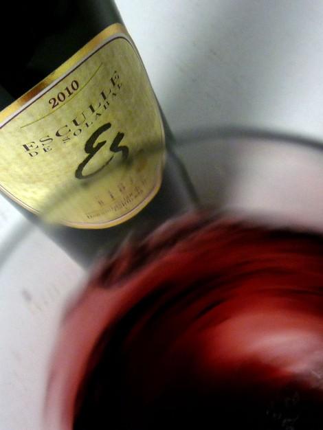 """""""Mareando"""" al vino Esculle en la copa para desprender todos sus aromas."""
