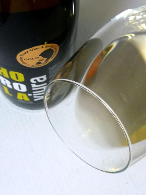 El ribete del vino Horola Viura en la copa.