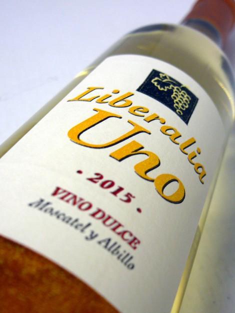Etiquetado del vino Liberalia Uno.