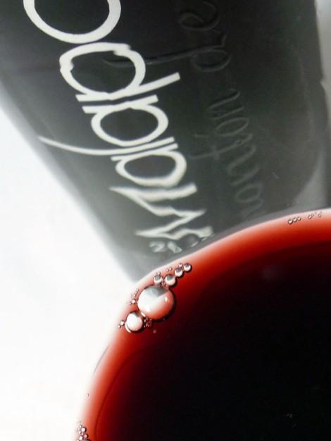 Detalle del vino Malaparte Montón de Piñas 2010 en la copa.