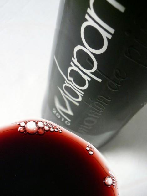 Detalle del vino Malaparte Montón de Piñas en la copa.