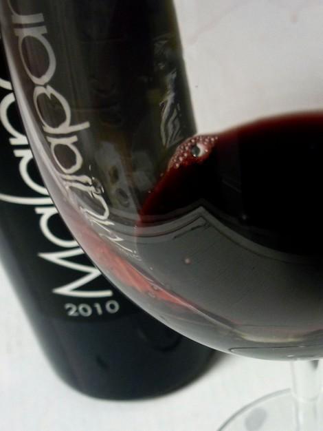 El vino Malaparte Montón de Piñas y la copa.