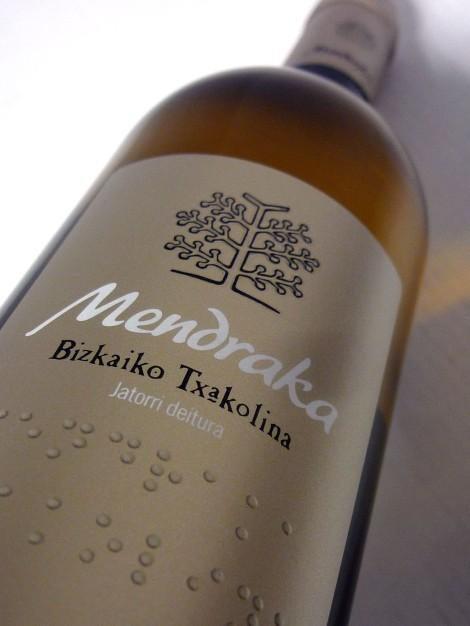 Etiquetado del chacolí Mendraka.