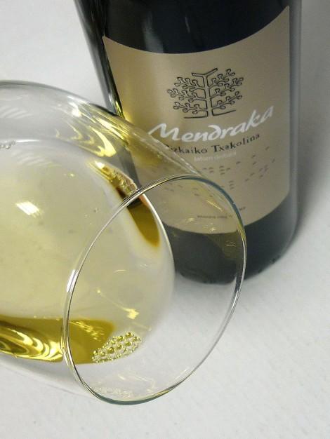 Detalle del chacolí Mendraka en la copa.