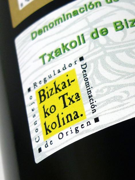 Sello de la D.O. Chacolí de Vizcaya en la botella de Mendraka.