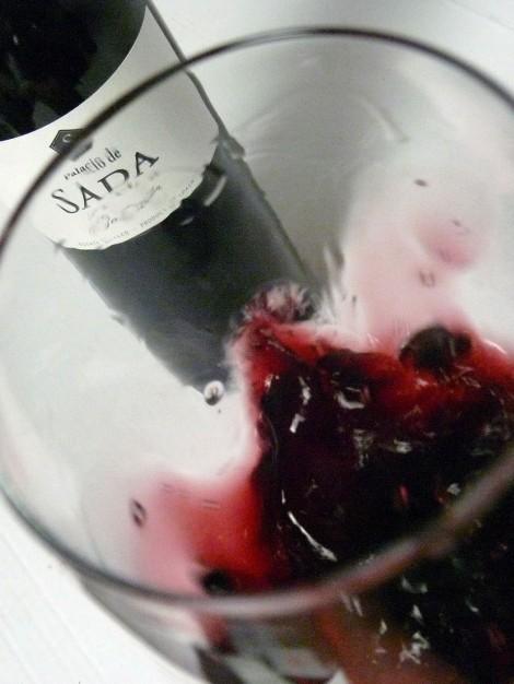Oxigenando (moviendo) el vino Palacio de Sada Garnacha 2014 en la copa.
