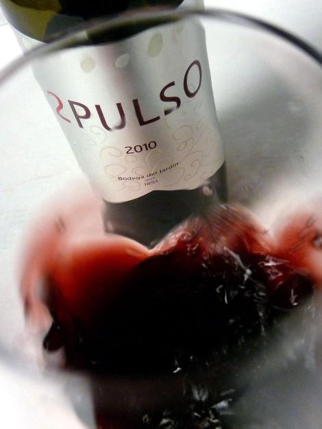 """El vino 2 Pulso """"mareándose"""" en la copa."""