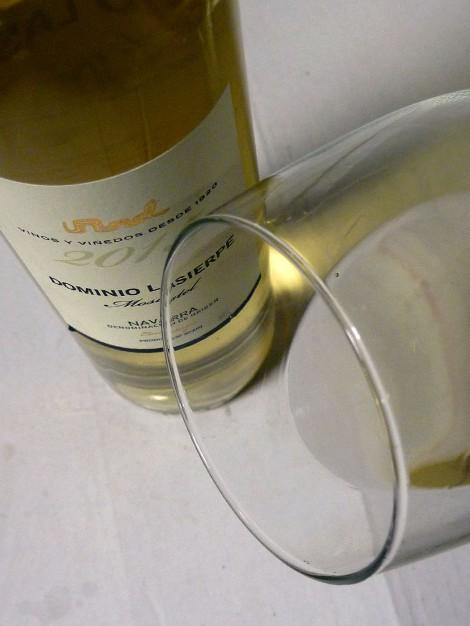 Dominio Lasierpe Moscatel en la copa mostrando el ribete.