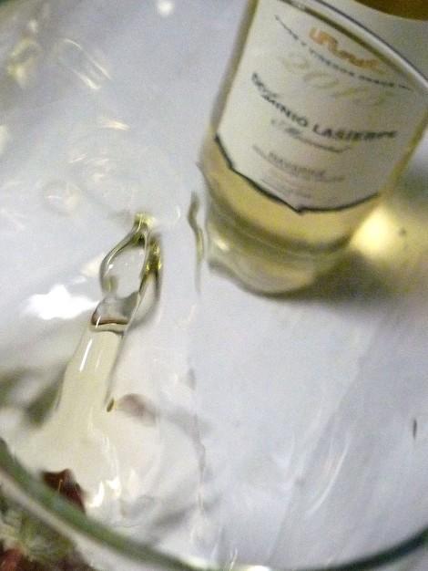 """""""Mareando"""" el vino Dominio Lasierpe Moscatel en la copa."""