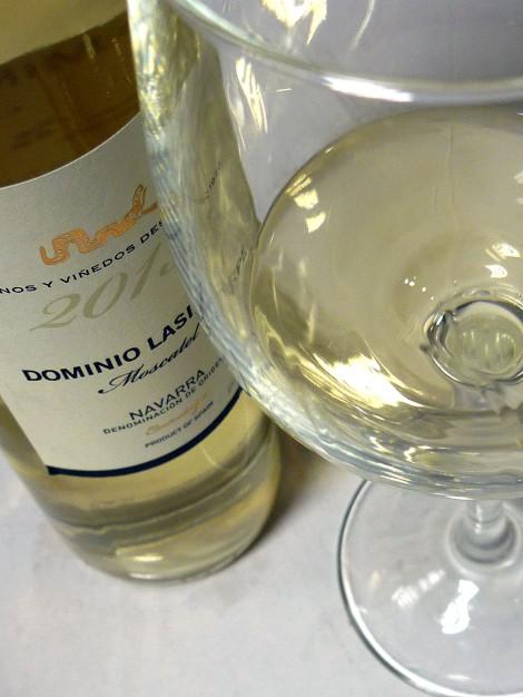 El vino Dominio Lasierpe Moscatel, la copa y la botella.
