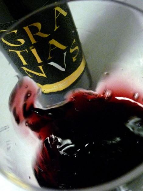 """El vino Gratianus """"saltando"""" en la copa."""