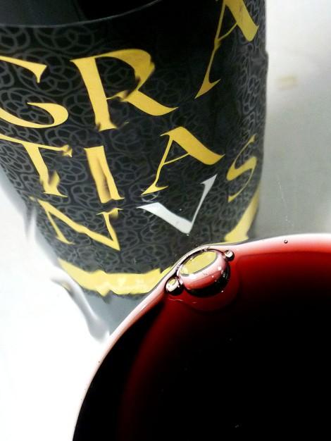 El color del vino Gratianus en la copa.