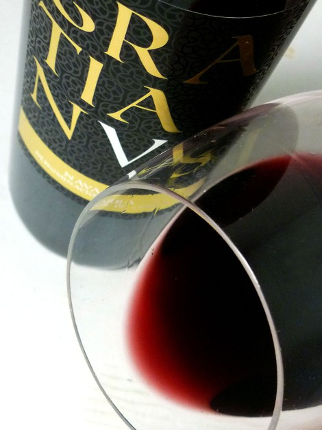 Detalle del ribete del vino Gratianus en la copa.