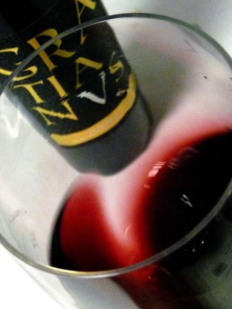 Tonalidades de color del vino Gratianus al moverlo en la copa.