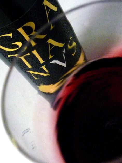 """""""Mareando"""" el vino Gratianus en la copa."""