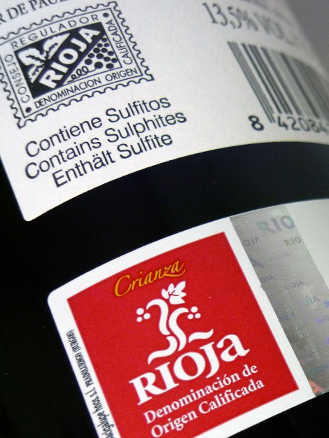 Sello de la D.O.Ca. Rioja en la botella de Lar de Paula Crianza.