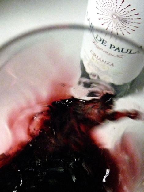 "Tonalidades de color del vino Lar de Paula Crianza al ""saltar"" en la copa."